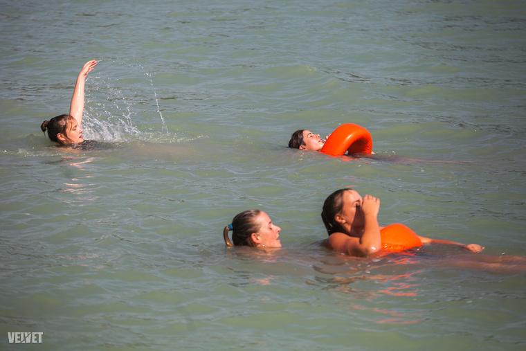 """""""Ne hagyd, hogy megfogjon!"""" - egy fuldokló, pánikoló embernél ugyanis nem nagyon van veszélyesebb a vízben."""