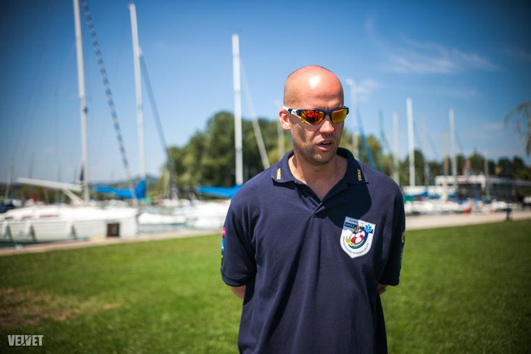 """Lengyel Norbert, a Vízimentők Magyarországi Szakszolgálatának strandi mentési csoportvezetője arról beszélt nekünk, hogy még így is sokan elhasalnak és """"a jelentkezők csupán 40 százalékából lesz vízimentő""""."""