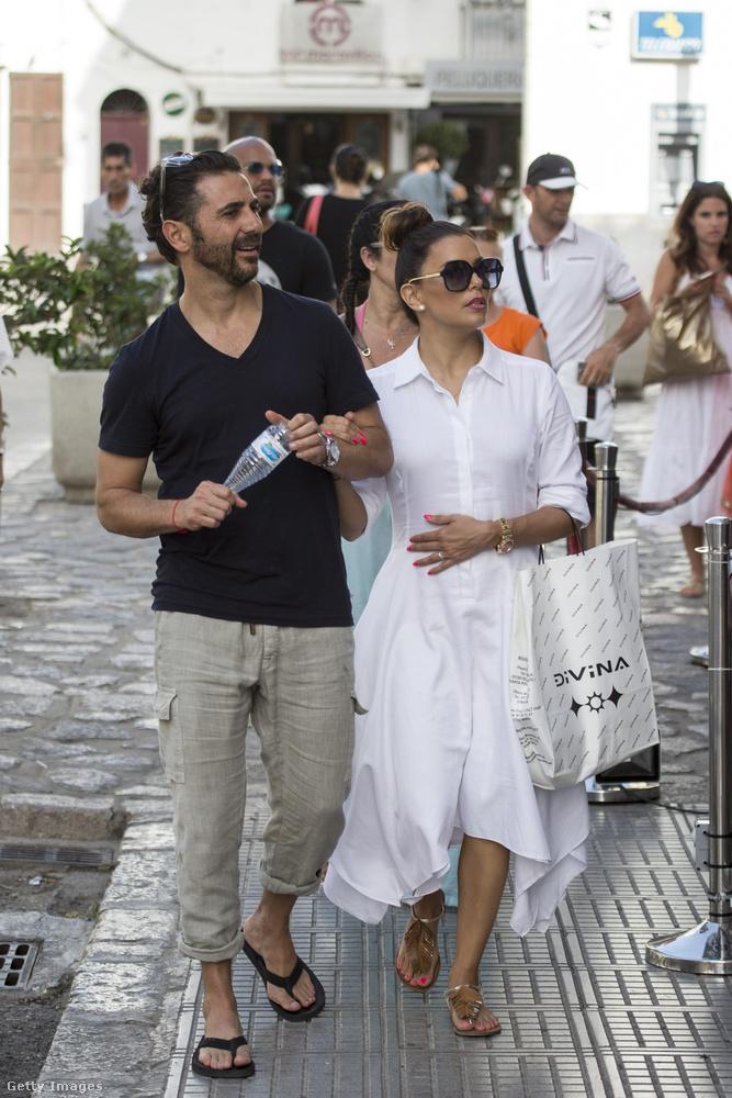 Eva Longoria végre nem kínjában, hanem kedvtelésből sétafikált Ibiza utcáin férjével, José Bastónnal, és néhány, a nyomukban járó baráttal