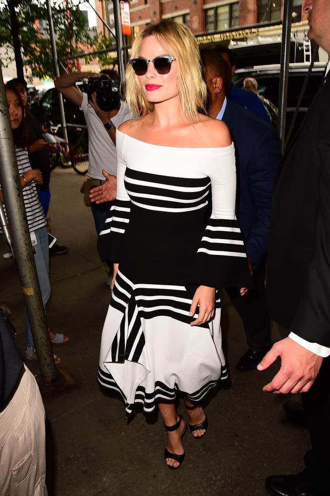 Igazán csinosan fest akkor, amikor épp promózik, visszafogottabb a megjelenése, mint Harley Quinnek