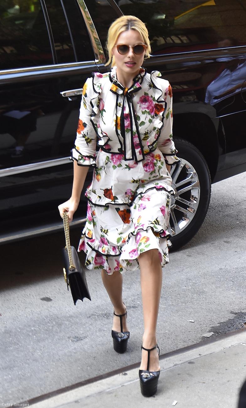 A színésznő szeret veszélyesen élni: az állig begombolt habibabi-virágos ruhához gyaníthatóan kell egy merész cipő, amiben kockáztathatja a testi épségét
