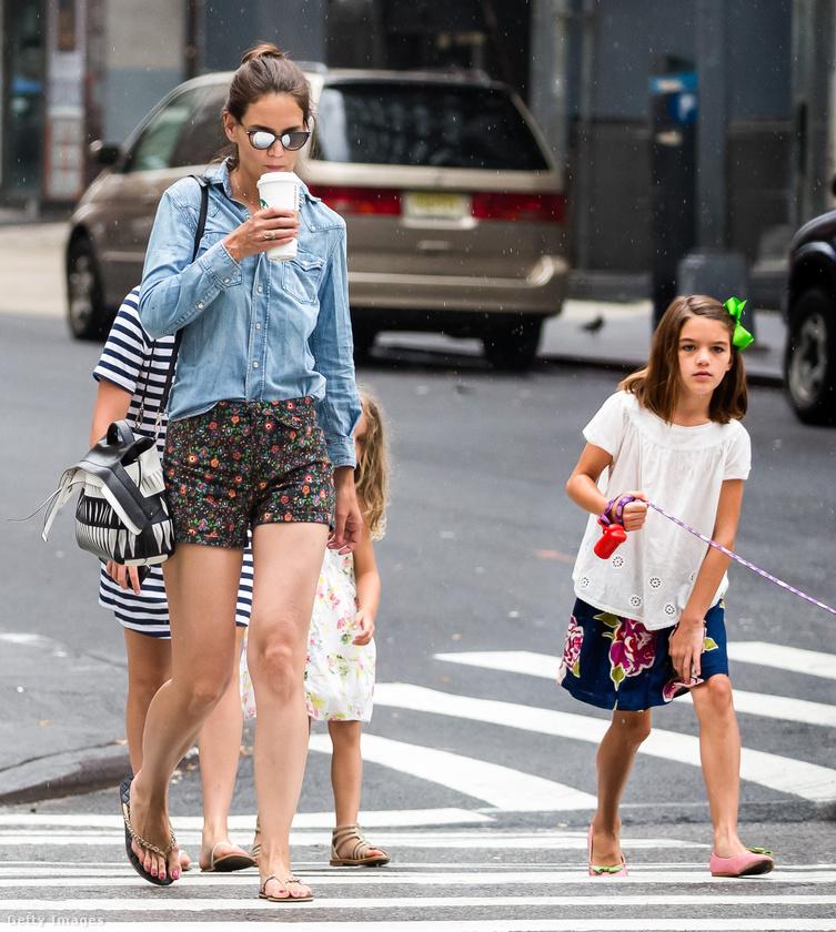 Ez a fotó szintén New Yorkban készült Holmes-ékról, ahogy a musical megnézése utáni másnap kutyát sétáltattak.Jól nézze meg magának Suri Cruise-t, mert simán lehet, hogy hónapokig újra nem mutatkozik nyilvánosan.