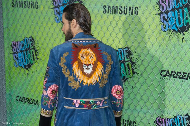 A színész egy virágos, oroszlános farmerballonban pózolt.