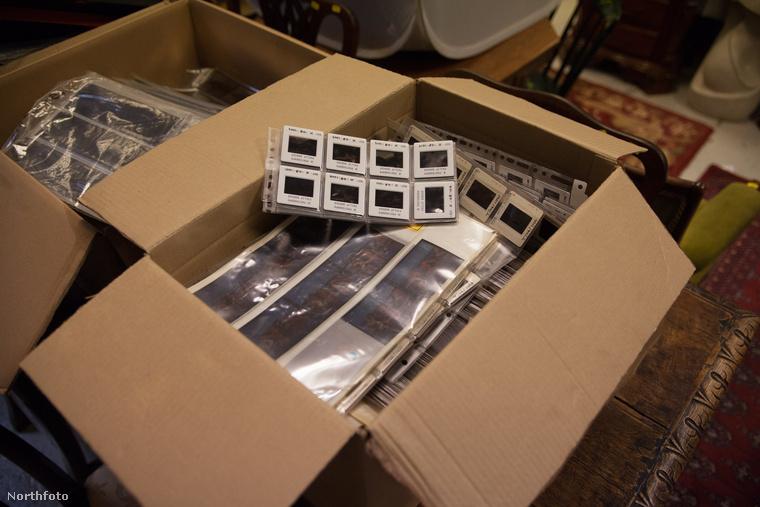 A dobozt kinyitva már jobban látszik, hogy ezek fényképek - méghozzá több ezer, javarészt glamour-modellekről készült portré