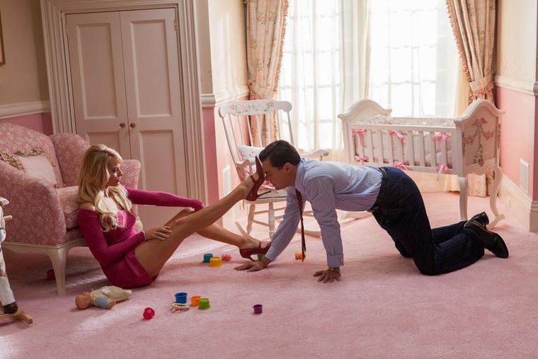 Érdemes megemlíteni róla, hogy a Wall Street farkasában volt jó pár, mondjuk úgy, erotikával túlfűtött jelenete Leonardo DiCaprióval
