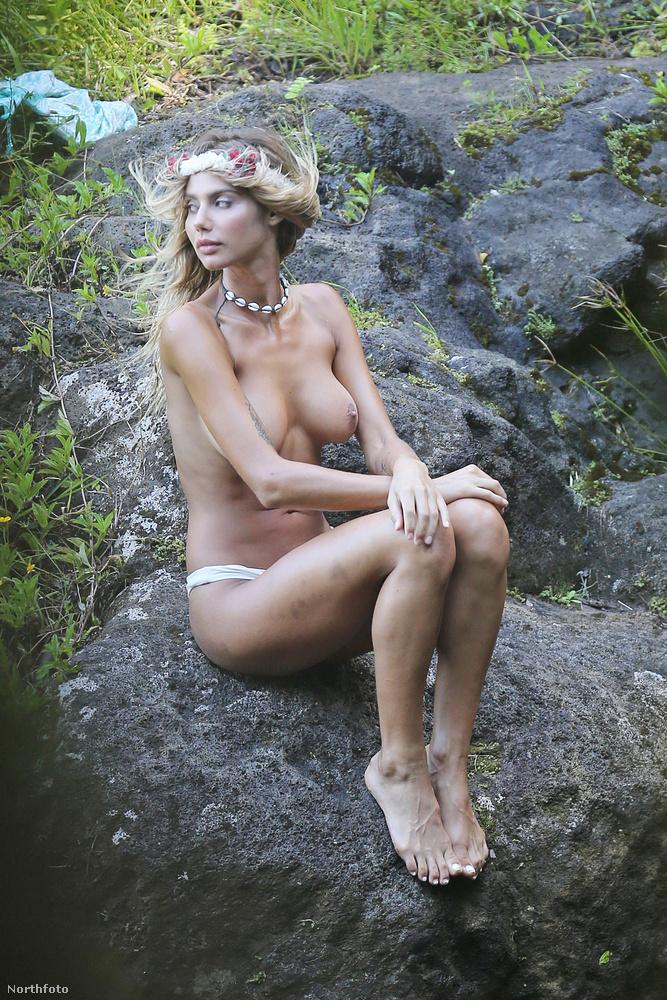 A 22 éves énekes egy haverjával, Cedric Benaroch-kal, annak modell barátnőjével, és még pár szép lánnyal repült egy magángéppel a szigetre
