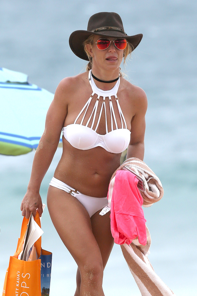 Biebber ellentétben Britney Spearsen maradt a fürdőruha