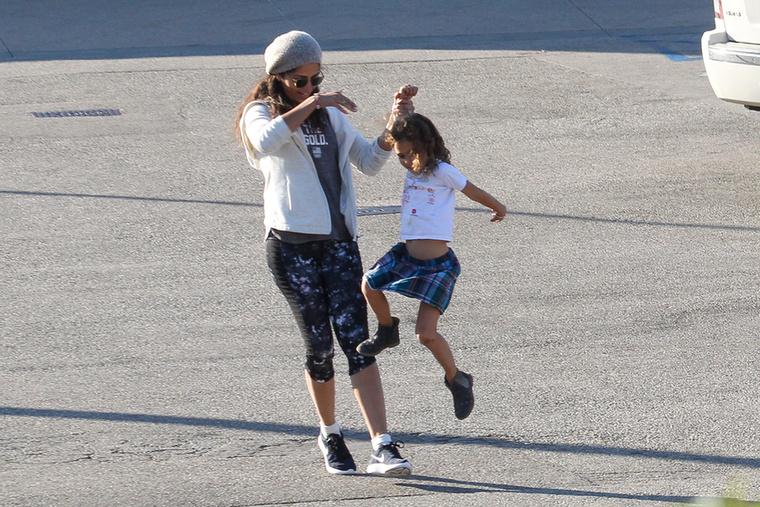 Bezzeg Camila Alves és Vida végigugrálták a parkolót