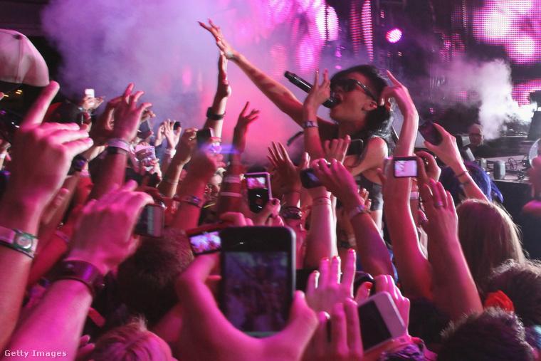 Rihanna egyébként ezen az emlékezetes 2012-es Coachellán a fellépése közben is bement a tömegbe.