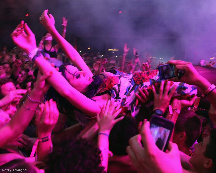 És miközben énekelt, Katy Perry szörfölt a tömeg tetején