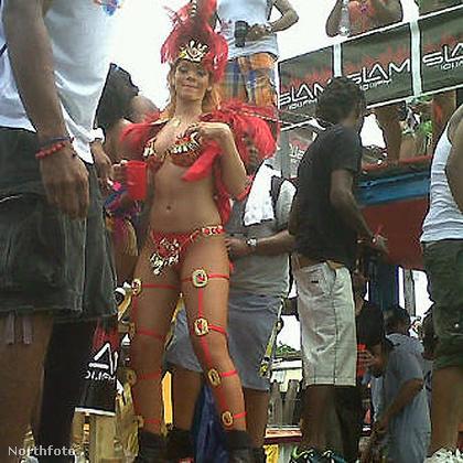 De Rihanna nemcsak tipikus rock/popzenei fesztiválokra jár, 2011-ben például hazájában, Barbadoson elment egy hagyományőrző fesztiválra is a Kadooment Day nevű ünnepen