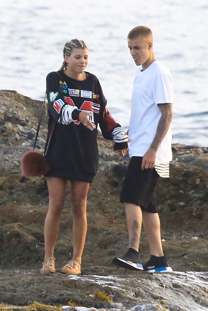Arról a Bieberről, aki múlt héten még tök pucéran luxusnyaralt Hawaii-na a szintén modell Sahara Ray-el meg jó pár szép lánnyal.De az már a múlt.