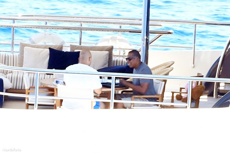 Bár egészében nem láttuk azt a jachtot, amin a fotók készültek, a részletekből azért sejteni lehet, hogy nem egy aprócska hajón töltik idejüket.