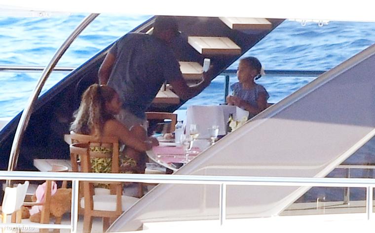 Bár az elmúlt hónapokban több olyan pletykát is lehetett hallani, miszerint Beyoncé házassága válságba van, mivel Jay-Z megcsalta őt, a fotók alapján úgy tűnik, minden teljesen rendben...