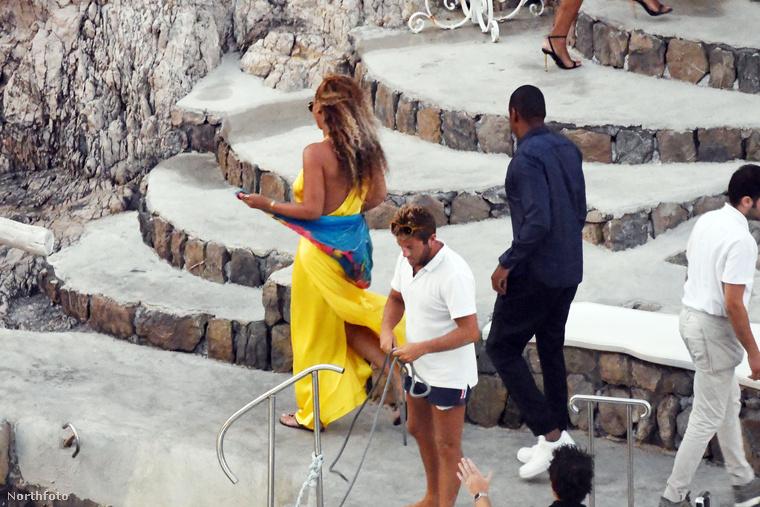 ...hogy a luxus nyaralásuk alatt a luxus yachtjukon eltöltött ebéd után egy luxus vacsorát töltsenek el együtt.Szóval így nyaral a világ egyik leghíresebb énekesnője.