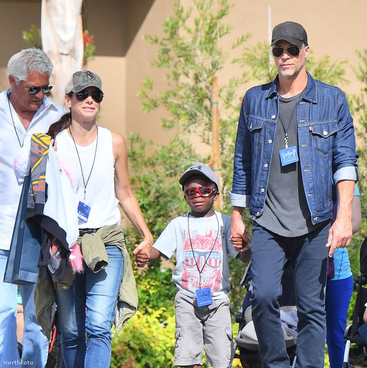 Sandra Bullock Beverly Hills-i otthonában élnek, gyakran látni őket családostul