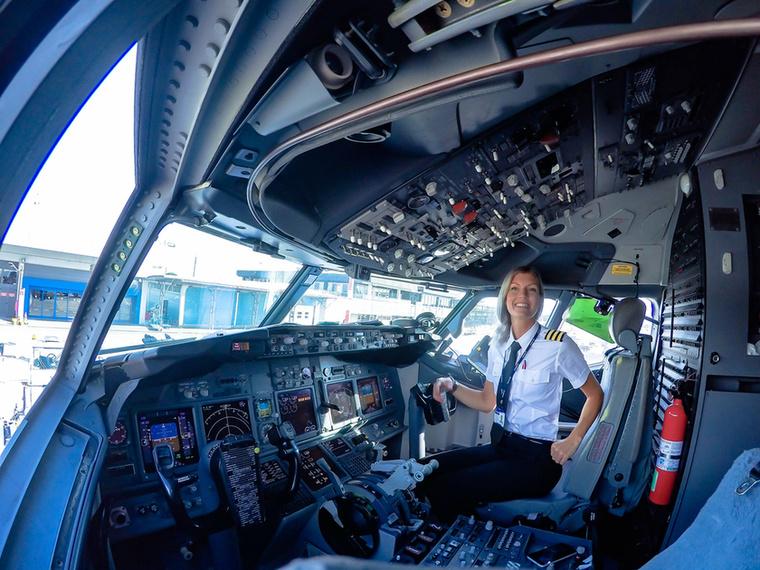 25 évesen lett pilóta, ám ezután még hosszú évek teltek el, mire munkát kapott.