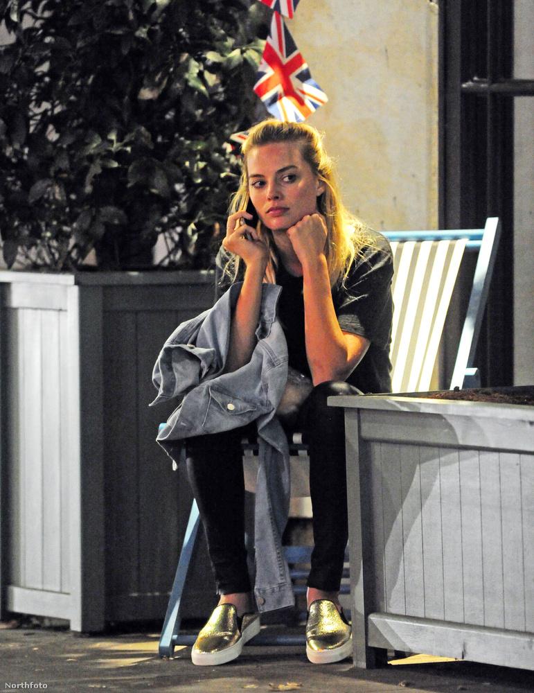 Csak annyit, hogy Margot Robbie és pasija egy kiállítást néztek meg, aztán elmentek valami nagyon puccos étterembe, ami leginkább abból állt, hogy az utcán telefonált eléggé idegesen.