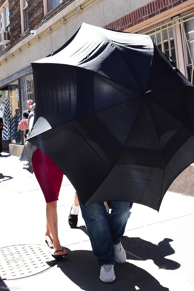 Kevésnek bizonyult, ezért esernyővel is rásegítettek, hogy ne legyen annyira feltűnő.