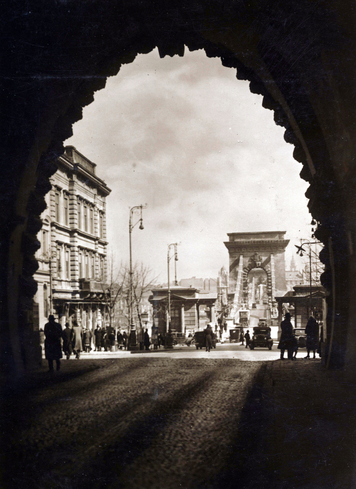 A Clark Ádám tér és a Lánchíd az Alagútból nézve 1931-ben.