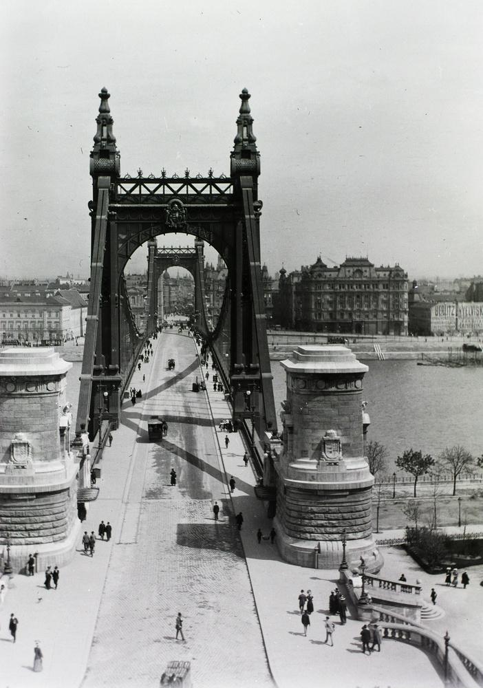 Az Erzsébet híd a Gellérthegyről nézve 1907-ben.