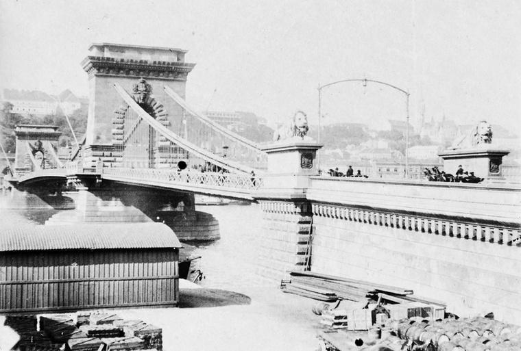 Ez az egyik legrégebbi fotó, 1901-ben készült a Lánchídról Pest felől nézve.