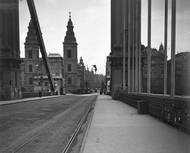 Az Erzsébet híd a Belvárosi templom és a Eskü út (Szabad sajtó) felé nézve 1919-ben.
