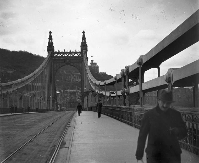 Az Erzsébet híd a Szent Gellért szobor felé nézve 1919-ben.