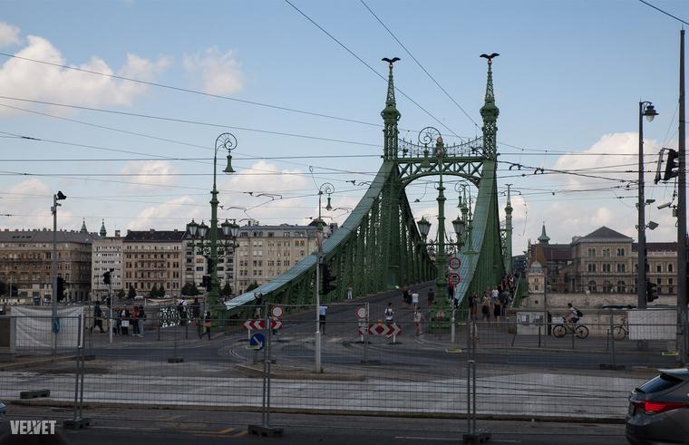 A Szabadság hidat, a turisták legnagyobb örömére, idén egész nyárra lezárták