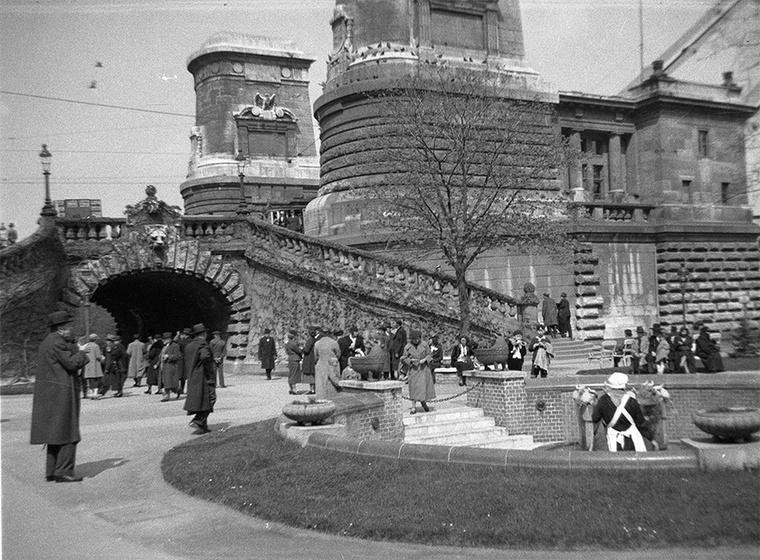 A budai hídfőnél található Hungária ivóforrás 1937-ben.
