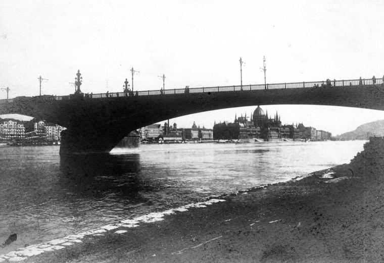 Margit híd és a Parlament a budai alsó rakpartról nézve 1914-ben.