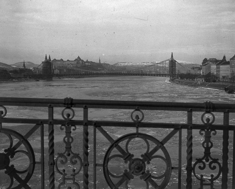 Látkép az Erzsébet híd felé 1903-ban.