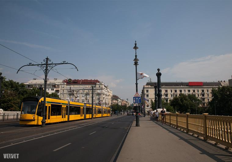Margit híd a pesti hídfő és a Szent István körút felé nézve 2016-ban.