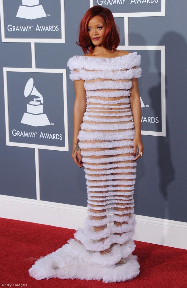 Rihanna ekkor már elkezdte azt, amit a mai napig szívesen űz - felöltözik, de mégsem.