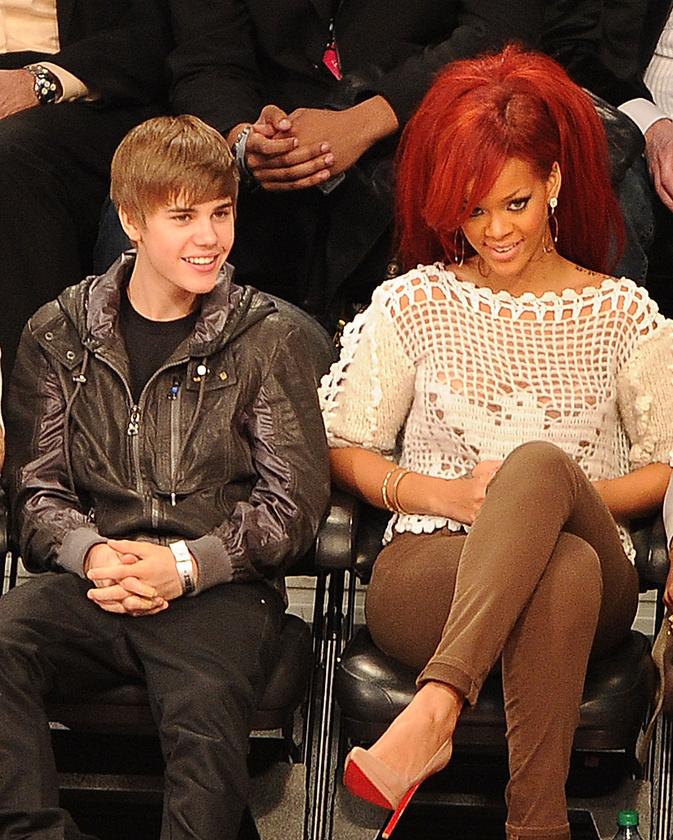 Ezt a 2011-ben készült fotót csak azért kell látnia, mert egyértelműen poptörténeti jelentőségű - a még alig ismert, kisfiús Justin Bieber a már rég befutott, és kész nő Rihannával nézett meccset.