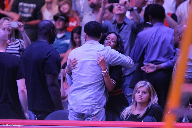 Eközben többször is pletykálták, hogy újra összejött Drake-kel