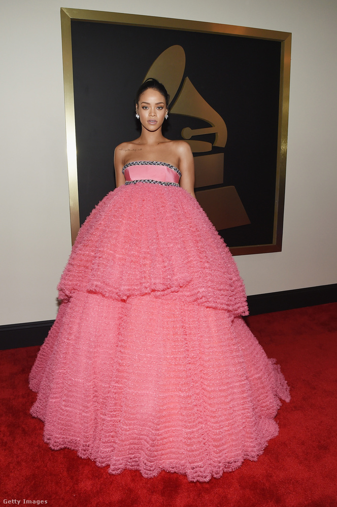Amikor Rihanna mégis felöltözött, akkor pedig                          NAGYON FELÖLTÖZÖTT!