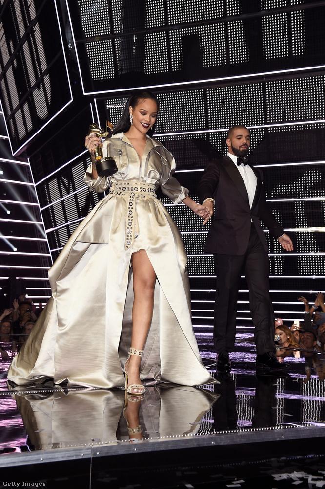 Drake adta át VMA-n Rihannának a jól megérdemelt életműdíjat, ami előtt olyan beszédet mondott, hogy az énekesnő köpni-nyelni nem tudott