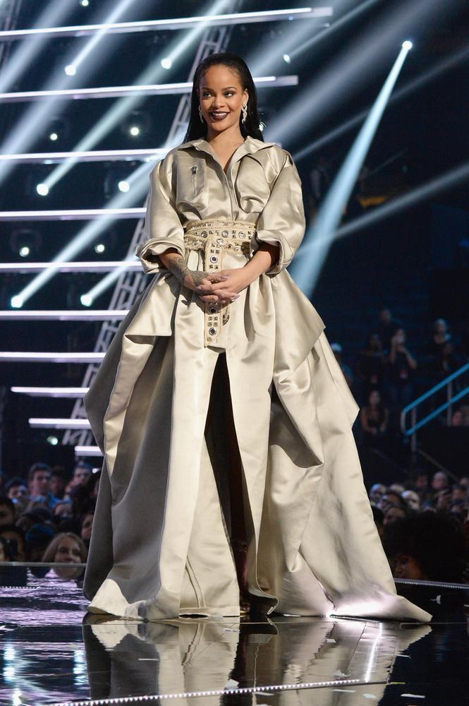 Rihanna lehet azért volt demotivált Szigetes koncertjén, mert nagyban készült a VMA gálára: pazar showműsort produkált.