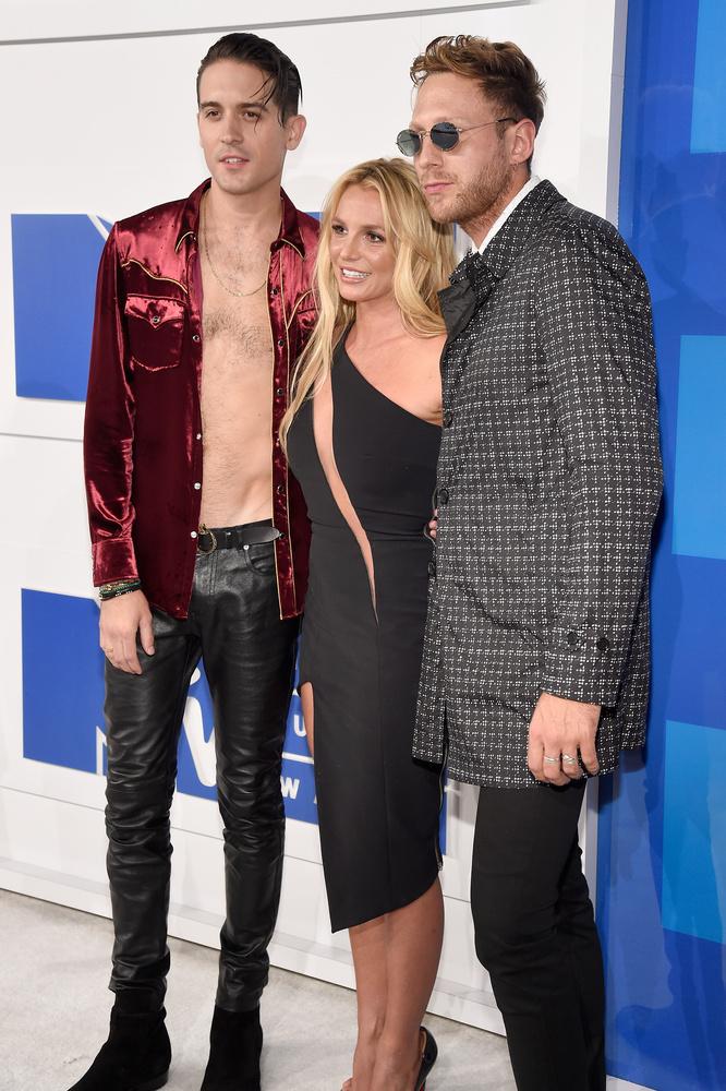 A Britney Spearsszel pózoló G-Eazy is az új trendet követte, és csupasz felsőtesttel lépett a vörös szőnyegre.