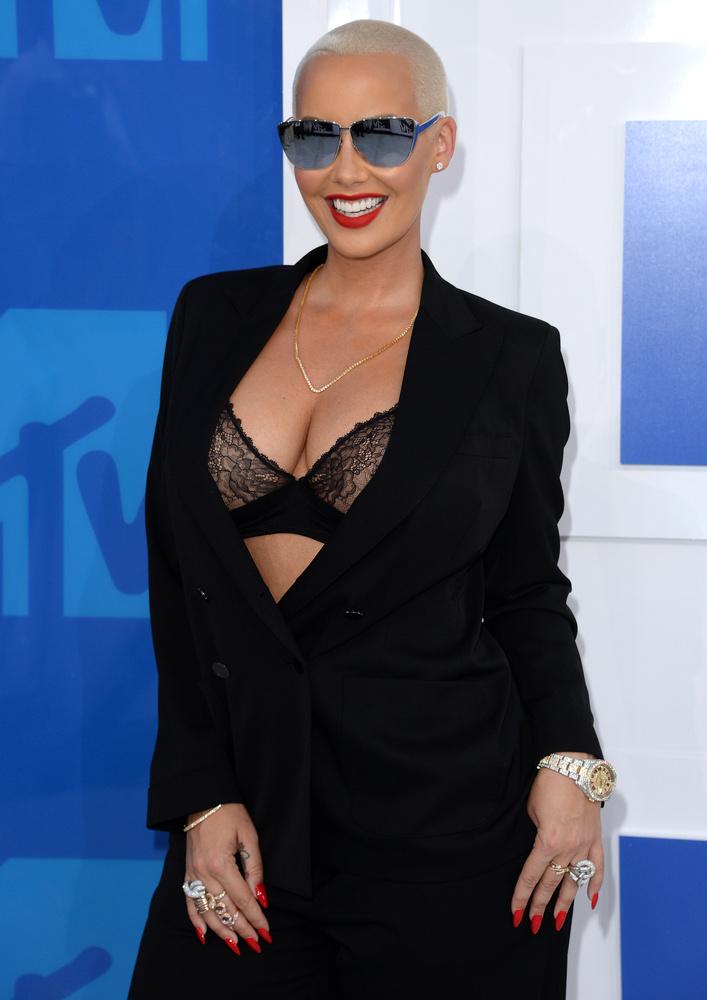 Amber Rose egy kicsit kilógott a sorból, Kanye West exe ugyanis legalább egy melltartót felvett blézere alá.