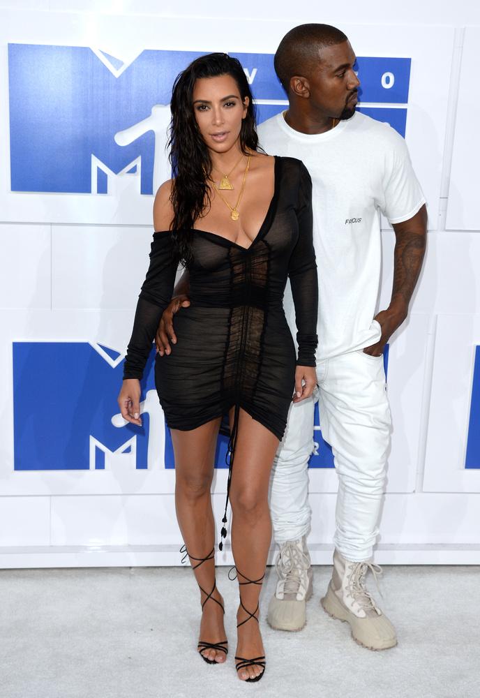Végül pedig nézze meg Kanye West nejét, Kim Kardashiant, aki bár felöltözött rendesen, de nem sokon múlott, hogy ő is félmeztelen legyen, ugyanis ruhája nem nagyon akart a helyén maradni
