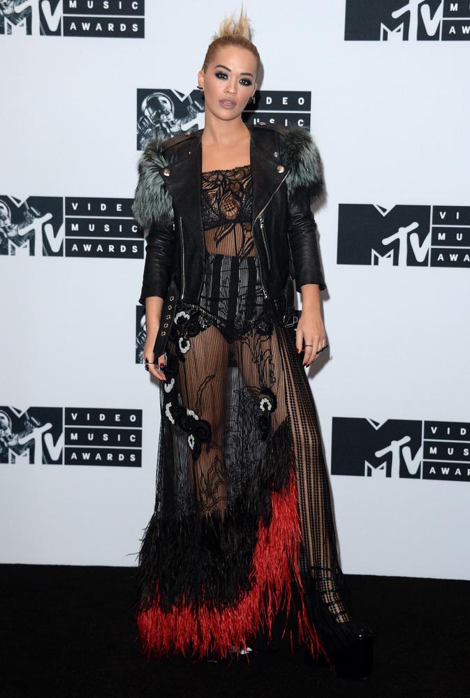 Ő Rita Ora, aki valami nagyon különlegessel szerette volna beindítani a szezont