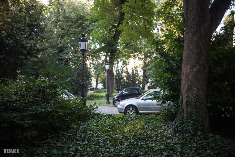 A parkolót is beszántják, semmi keresnivalója nincs a Múzeumkertben autóknak.