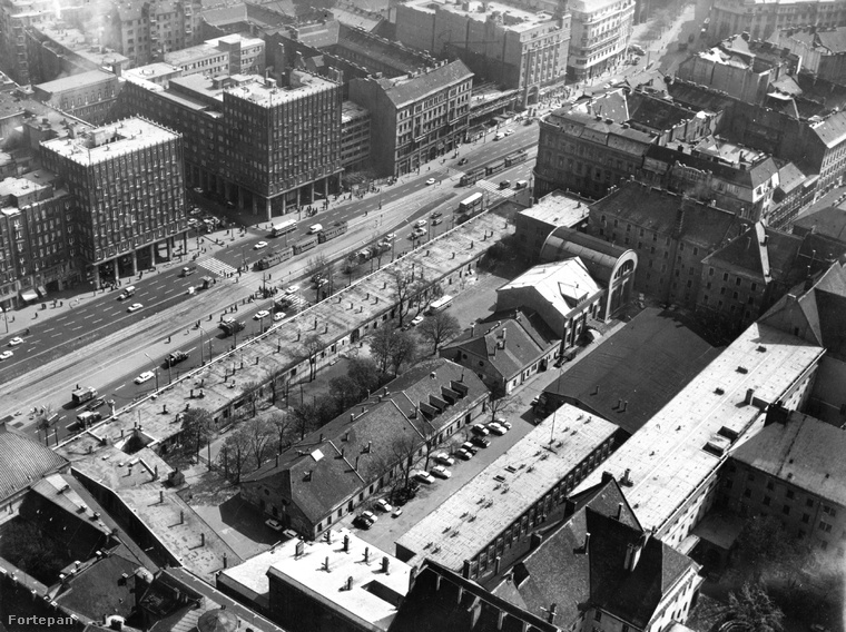 Emlékszik még a Deák Ferenc téri villamosmegállóval szembeni régi üzletsorra? Ezen az 1970-ben készült fotón középen még látszik a régi Városháza utcafronti épületének maradványa, amit a második világháború után bazársorrá alakítottak.