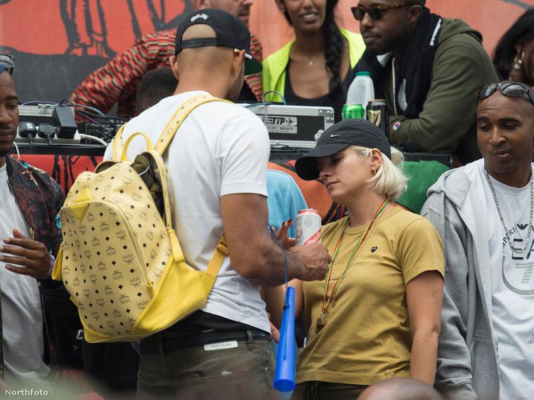 Lily Allen a Notting Hill-i fesztiválon bulizott addig, amíg meg nem unta a szervezete