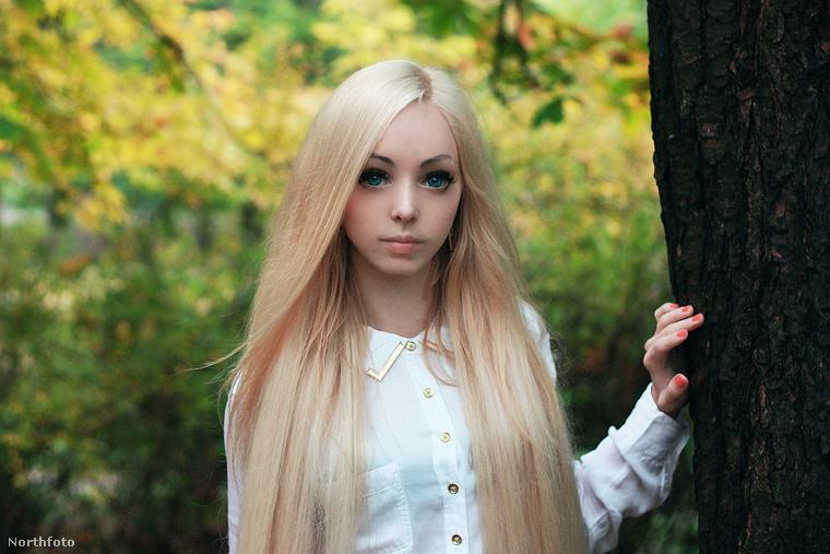 Itt van Alina Kovalevskaya, aki szintén élő Barbie babaként ismert.