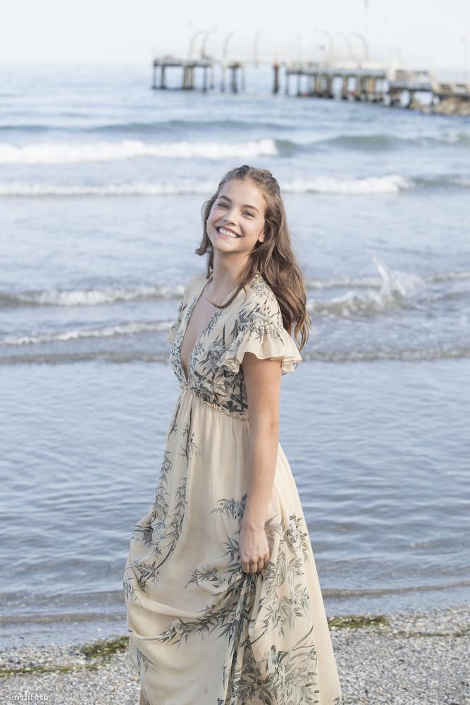 Hát ilyen volt hazánk egyik legdögösebb modelljének első napja a Velencei filmfeszten, remélhetőleg azért még készülnek róla fotók a vörös szőnyegen is, nem csak a tengerparton.