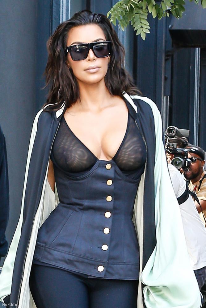 Természetesen Kim Kardashianról van szó, aki egészen hasonló szettben jelent meg most New Yorkban, mint a hétvégi MTV VMA-n.