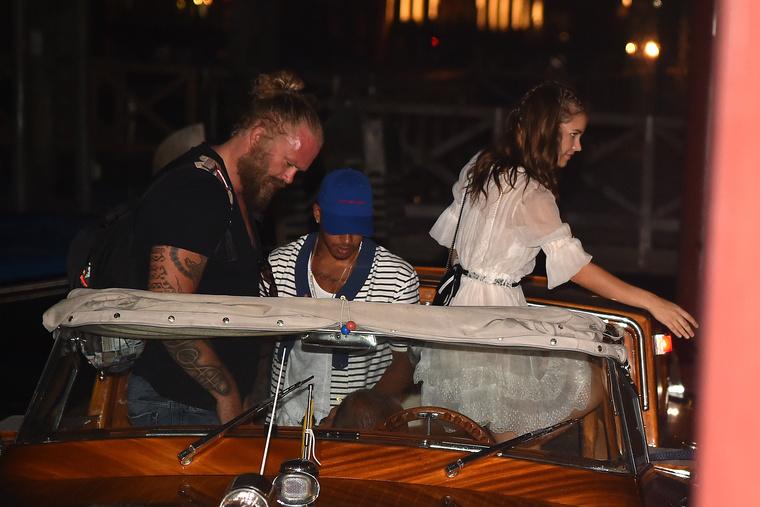 Nem gondoláztak, motorcsónakkal érkeztek a helyre, ahol az estét töltötték.